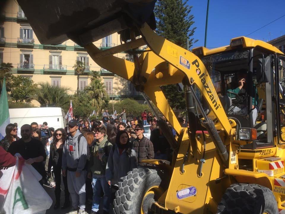 Ruspa in piazza al corteo contro Matteo Salvini a Napoli