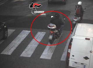 Rapina un Rolex  in via Marina con lo scooter della mamma, incastrato dalle telecamere