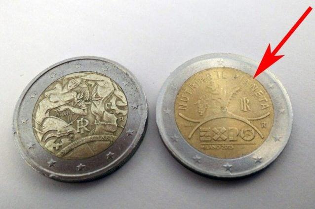 2f42a1f039 A sinistra la moneta autentica, a destra quella Expo falsa