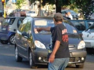 Parcheggiatore abusivo a Napoli dà i documenti falsi alla Polizia e viene arrestato
