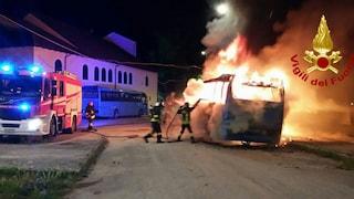 Benevento, a fuoco tre autobus in deposito: non si esclude l'ipotesi dolosa
