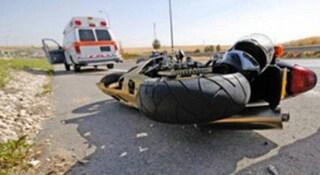 Scontro tra una moto e tre auto a Sorrento: motociclista finisce in ospedale