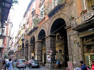 Napoli, ragazzo ferito da un proiettile vagante in via Tribunali