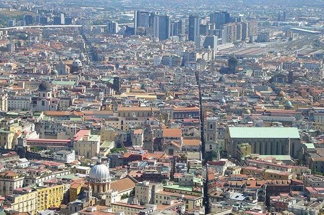 Spaccanapoli dall'alto (Wikipedia).