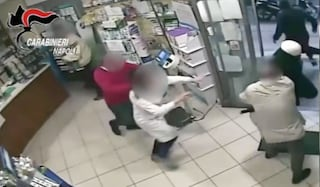 Rapina in una tabaccheria, proprietaria ferita alla testa