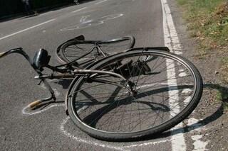 Cade dalla bici per evitare un'auto e batte la testa: grave un uomo