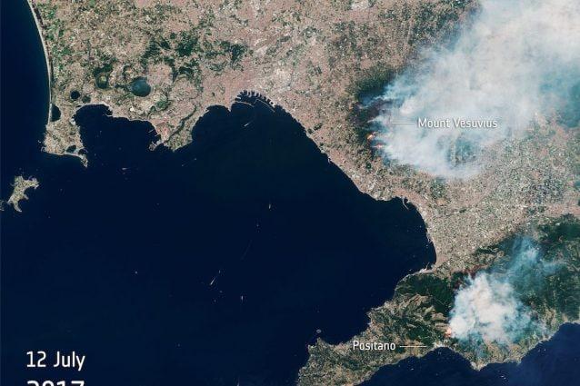 I fumi prodotti dagli incendi sul Vesuvio evidenziati dal satellite ESA
