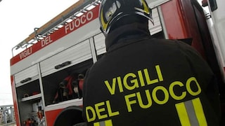 Napoli, incendio in un deposito di ricambi per auto: famiglie evacuate