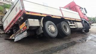 Incidente sull'Asse Mediano, camion finisce fuori strada: traffico in tilt