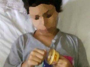 """La piccola Daniela con i suoi nuovi giocattoli (foto dalla pagina Facebook della onlus """"Diamo una mano"""")"""