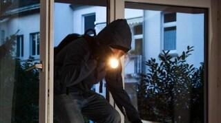 Ladro d'appartamento aveva in macchina la sirena della polizia
