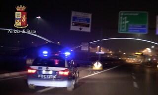 Salerno, fugge contromano in autostrada e tra i passanti con l'auto piena di droga