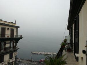 Il Vesuvio nascosto dalla nebbia