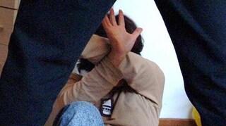 Picchia la moglie e spinge la figlia per le scale, arrestato padre violento