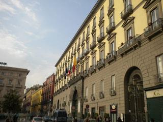 Napoli, al Comune arrivano i neo-assunti ma gli uffici restano chiusi per ferie