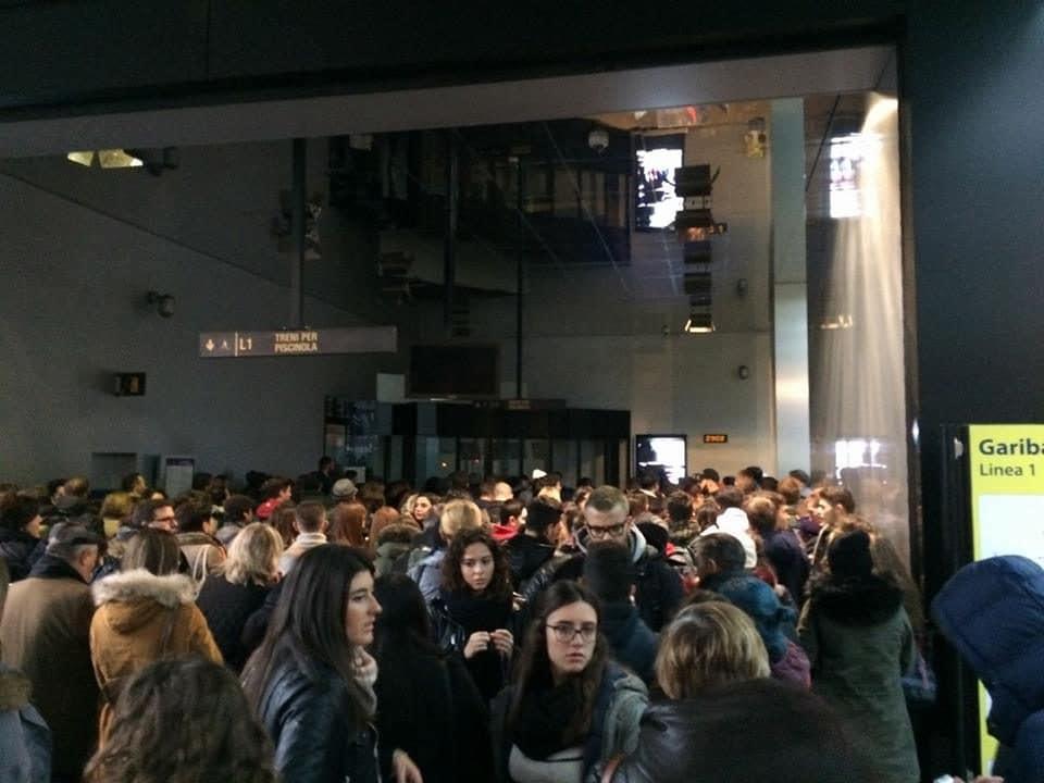 Folla davanti alla fermata della metro