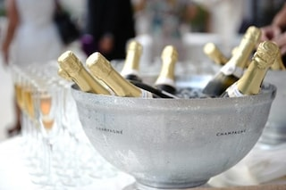 Controlli Nas a Capri e nel Napoletano, sequestrati champagne falso e quintali di alimenti