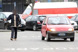 Arzano, prende il Reddito di cittadinanza ma fa il parcheggiatore abusivo davanti all'Asl