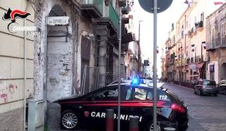 Sant'Antimo: immigrato si spoglia in strada, rovescia cassonetti e prende a sassate auto