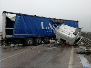 Incidente sulla Salerno-Avellino, camion di traverso sulla corsia, autista ferito