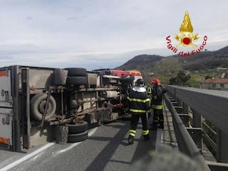 Camion pieno di serbatoi vuoti si ribalta sull'A2 Salerno-Reggio Calabria: due feriti