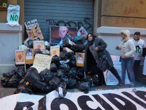 L'epilogo della manifestazione: i sacchetti simbolicamente depositati sotto la Regione Campania