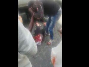 Un fotogramma del filmato choc dell'accoltellamento