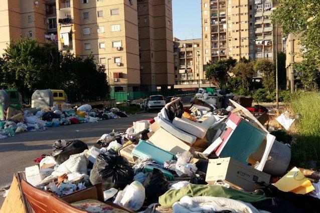 Emergenza rifiuti nella zona Nord di Napoli