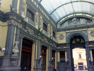 Napoli, crollo alla Galleria Principe: calcinacci si staccano dalla facciata esterna
