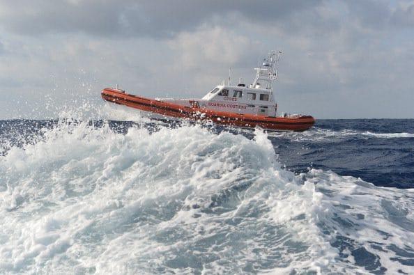 Torre Annunziata, barca sbatte sugli scogli e affonda: salvate 4 persone