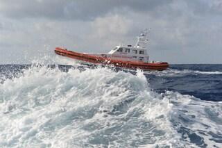 Portici, la sua barca affonda, giovane pescatore rischia di annegare: salvato