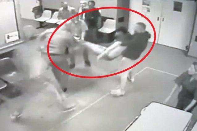 Il baby boss Emanuele , esanime, entra al pronto soccorso dell'Ospedale Loreto Mare, colpito a morte.