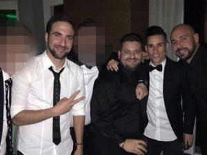Uno dei fratelli Esposito con i calciatori del Napoli Pepe Reina, Jose Callejon e Gonzalo Higuain