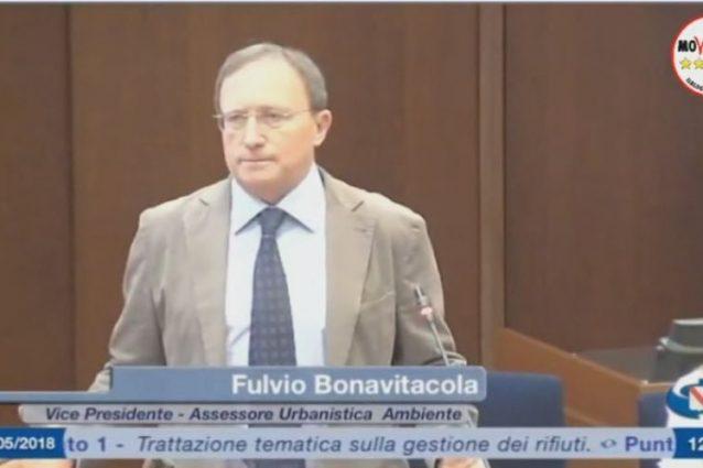 Fulvio Bonavitacola durante la sua relazione in Consiglio regionale