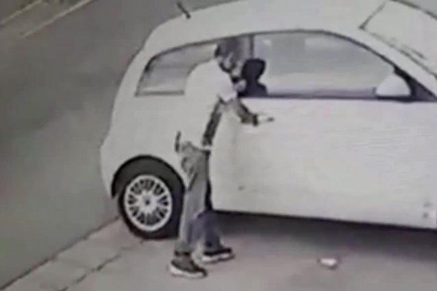 Furto d'automobile ripreso da una telecamera di videosorveglianza