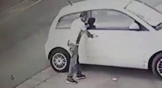 Ischia, vede la sua auto rubata con il ladro dentro mentre passeggia e lo fa arrestare