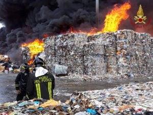 L'incendio divampato nell'azienda di rifiuti a Pascarola, comune di Caivano, dello scorso 25 agosto 2018.