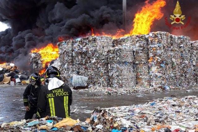 L'incendio divampato nell'azienda di rifiuti a Pascarola, comune di Caivano (Napoli)