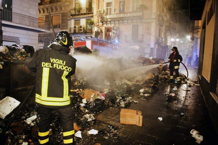 Un incendio di rifiuti spento dai pompieri, foto d'archivio