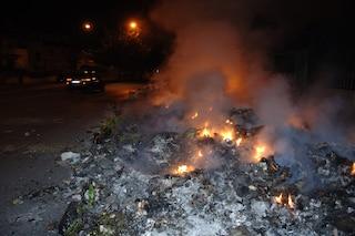 Giugliano, brucia rifiuti nel campo rom: arrestata ventunenne