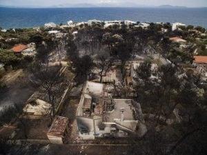Il villaggio di Mati distrutto dalle fiamme
