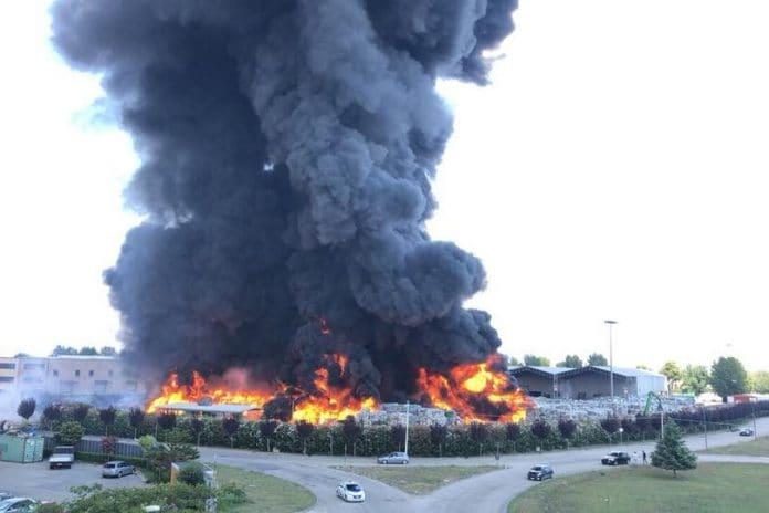 L'incendio di Caivano (Foto Giorgio Amico, coordinamento comitati Fuochi)
