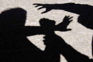 Aggredisce a schiaffi e pugni la ex moglie colpendo anche il figlioletto di tre anni