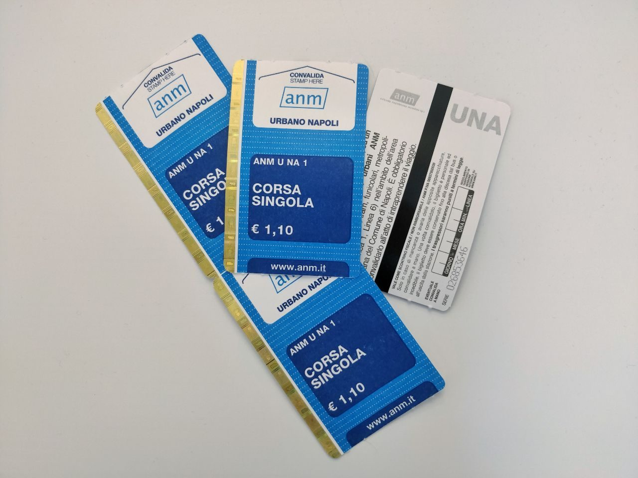 I nuovi biglietti Anm colore blu.