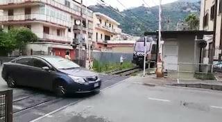 La folle abitudine: passare con l'auto sui binari mentre si abbassa il passaggio a livello