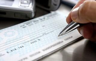 Ai domiciliari, esce di casa per cambiare un assegno: arrestato