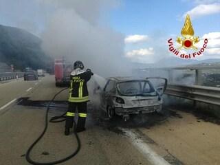 Auto in fiamme sulla Tangenziale di Napoli: paura e traffico in tilt tra Fuorigrotta e Vomero