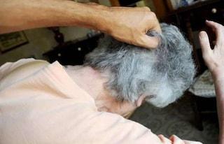 Orrore a Napoli, la badante tortura per mesi una vecchietta e la tiene prigioniera