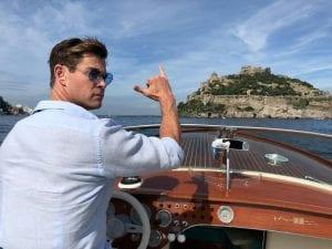 Chris Hemsworth al largo di Ischia.