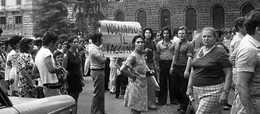 Donne in protesta chiedono il vaccino per il colera nel 1973 a Napoli